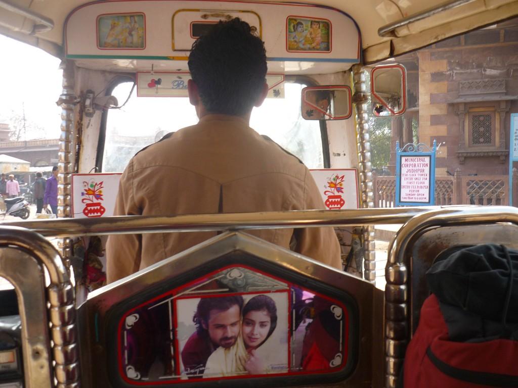 conductor tuk tuk en India