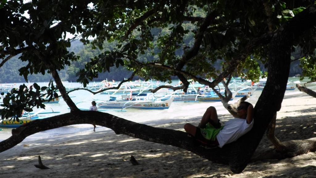 Lugareños en playa de Palawan