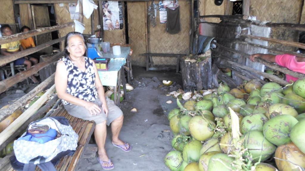Señora que vende cocos en Palawan