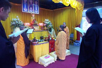 Chinos en ceremonia budista