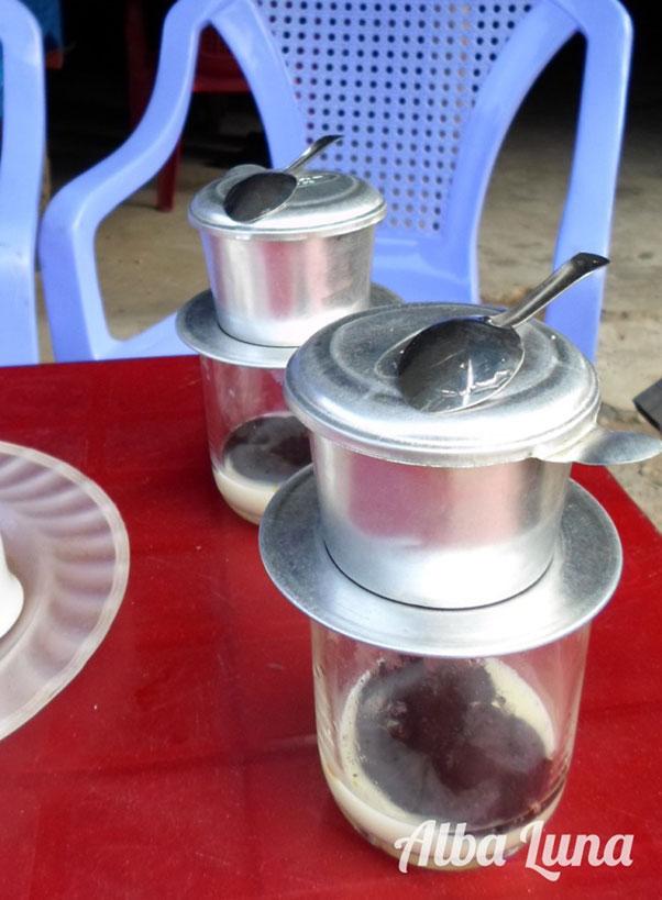 tomar café en Hanoi