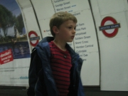 Niño esperando en Londres // Kid waiting in London
